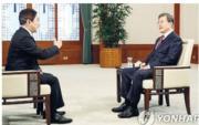 韓國總統文在寅(右)周一接受中央電視台訪問,他指韓國出於防禦目的才同意部署「薩德」。(網上圖片)