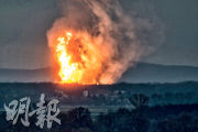 奧地利鮑姆加滕一個天然氣站周二發生爆炸,冒出火球(上圖)和濃煙(下圖)。(法新社)