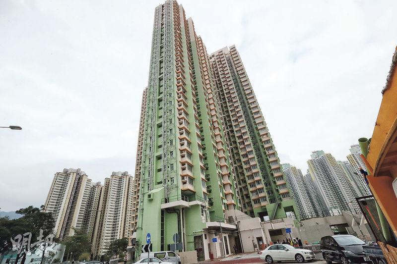 政府昨指出,房委會去年10月推出首個綠置居項目新蒲崗景泰苑(圖)的857名買家當中,有800個是公屋租戶,當中98戶是「公屋富戶」,佔12%。(李紹昌攝)