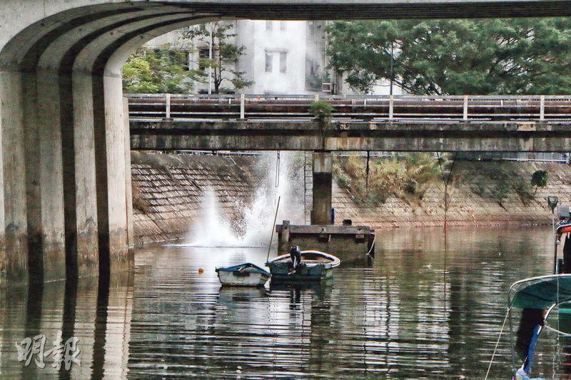 警方拆彈專家利用遙控裝置將迫擊炮彈引爆,一時水花濺至約10米高。