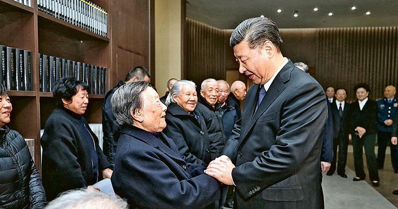 昨日公祭儀式結束後,習近平(右)會見南京大屠殺倖存者代表,與他們逐一握手。(新華社)