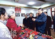 國家主席習近平(前右)在徐州馬莊村考察時,用30元人民幣買了80歲村民王秀英(左二)製作的中藥香包。(新華社)