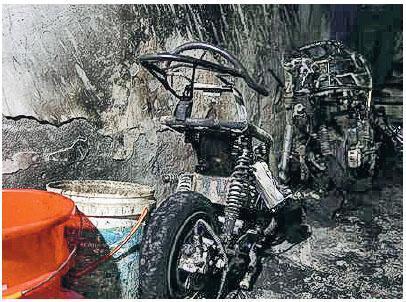 北京市朝陽區一村民自建屋昨凌晨發生火災,造成5死9傷。圖為火場內一輛電動單車燒剩骨架。(網上圖片)
