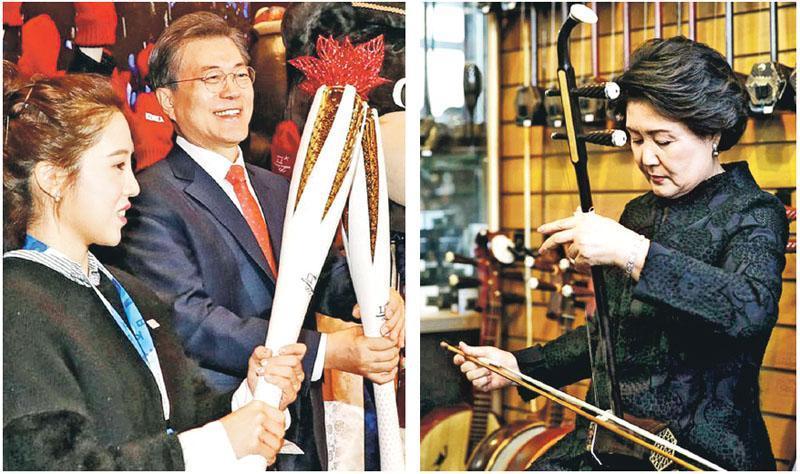 文在寅(左圖右)昨日抵中國後先與韓國僑民會談,其間與一名女僑民舉起平昌冬奧會火炬複製品。右圖為文在寅夫人金正淑昨到北京一間音樂用品店把玩二胡。(網上圖片)