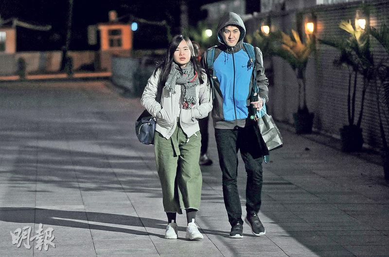 本港昨氣溫急降,傍晚各區氣溫普遍降至13℃以下。圖為元朗市鎮公園附近兩名穿上厚衣男女,女方圍上頸巾,男方則戴上外套衛帽保暖。(樊銳昌攝)