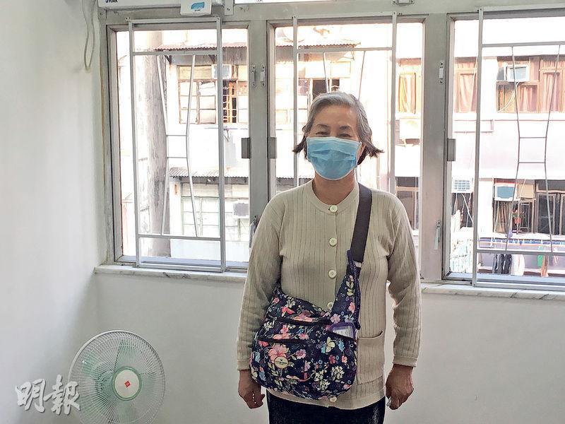 鄧婆婆昨提及舊居的惡劣環境時,一度哽咽落淚,並對獲安排入住社會房屋的新居,心存感激。(黃文雋攝)