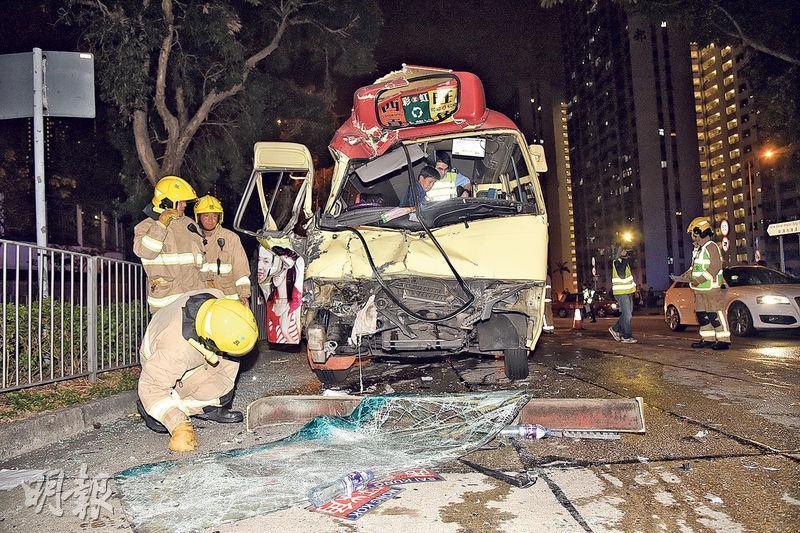 小巴直撞洗街車後車頭嚴重損毁,司機連乘客共14人受傷。(蔡方山攝)