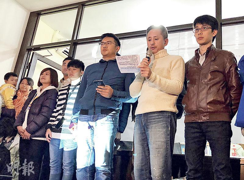 發起罷免黃國昌的安定力量聯盟主席孫繼正(右二)等人昨晚對支持者表達感謝與抱歉。(中央社)