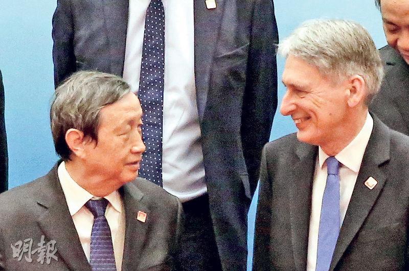 英國財相夏文達(右)聯同英國央行行長卡尼等重要財金官員到訪北京,昨日與副總理馬凱(左)會談。(中新社)