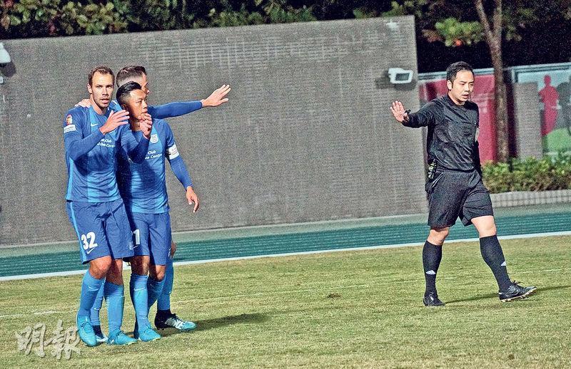 為傑志奠勝的華杜斯(左一),於比賽尾段因踢對手被球證直接出示紅牌趕離場後,事後顯得非常無奈。(余瑋攝)