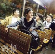 鄭俊英再度訪港,充當導遊角色,偕《Salty Tour》節目拍檔乘坐纜車登山頂,欣賞維港夜景。