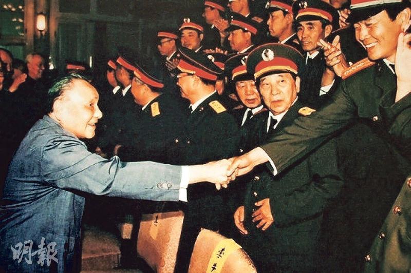 1989年六四事件後,國際外交層面上曾廣泛流傳時任國家領導人鄧小平(左)病重的消息,英方甚至準備好唁文,唯日本對此消息表示質疑。(資料圖片)
