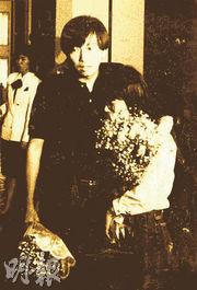 當年以支聯會代表身分上京的李卓人(左),在六四事件後撤離北京,卻在飛機上被當局帶走扣押,終在英國駐華大使館協助下返回香港。(黑白資料圖片)