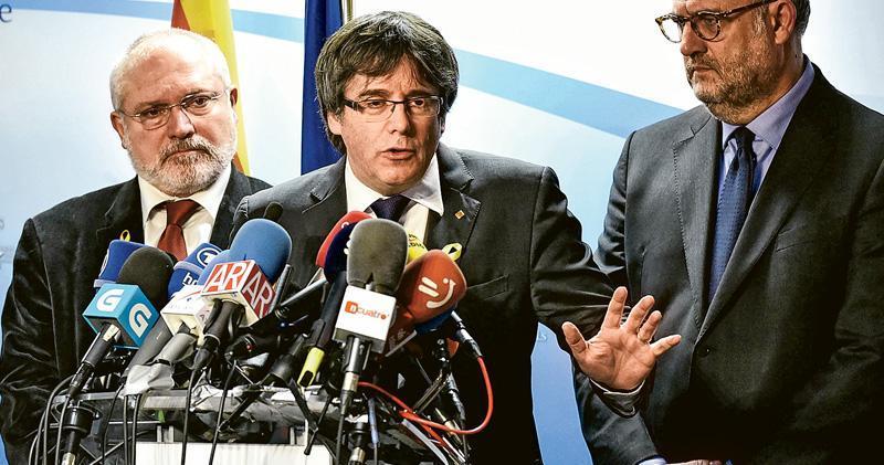 加泰自治政府原主席普伊格德蒙特(中)昨在布魯塞爾稱地選結果顯示獨派勝出,促馬德里跟他們談判。(法新社)