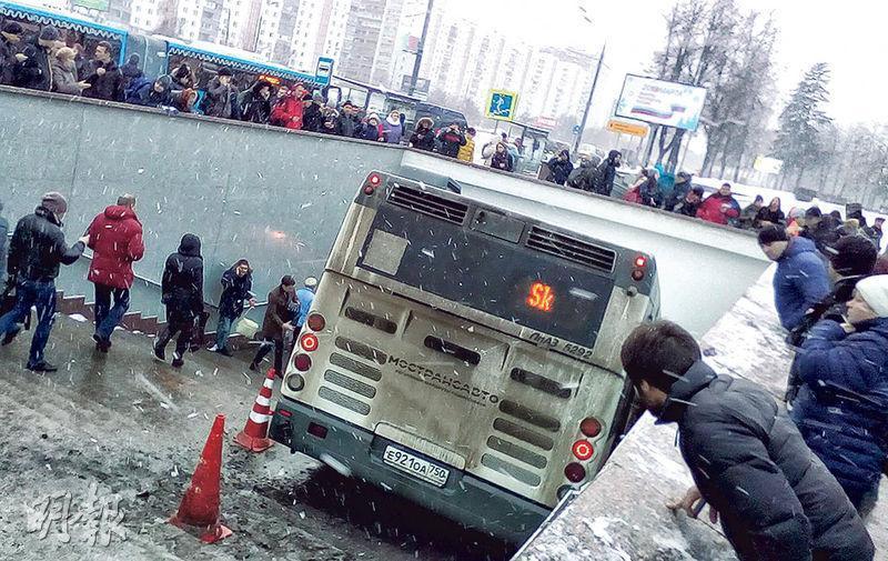 一輛巴士昨日衝入莫斯科市西部一個地下鐵站旁的行人隧道入口階梯,造成最少5人死亡。(路透社)