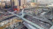 高鐵香港段工程至今已完成98%,當中西九龍站(上方偏右)入口的鋼結構外牆系統安裝工程已進入最後階段,呈現弧形輪廓,至於柯士甸道西及連翔道一帶興建的「三層式道路系統」亦已大致完成。(鄧宗弘攝)