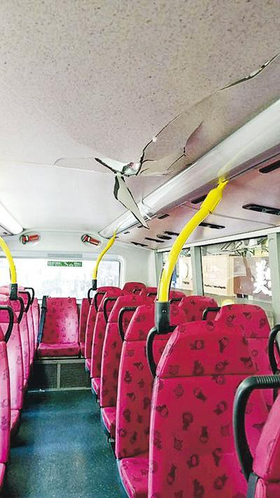 雙層九巴遭剝落石屎擊中,車頂應聲「穿窿」,幸未有乘客受傷。(fb群組「柏斯敦巴士台plaxtonl's Bus Page」圖片)