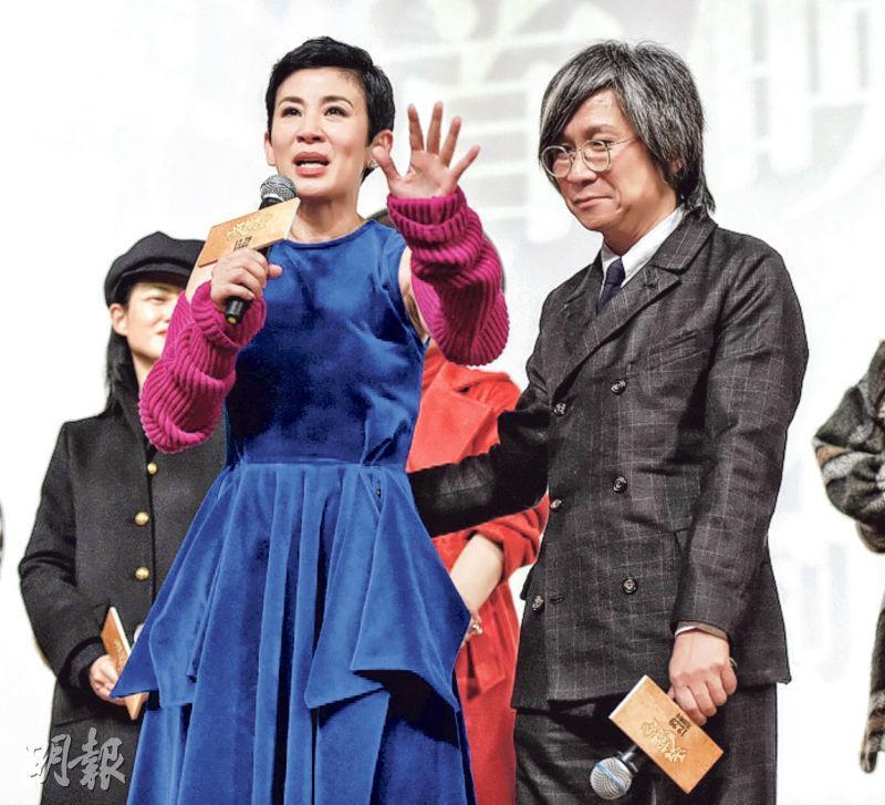 吳君如(左)發表感言,一時感觸忍不住淚水,陳可辛(右)送上安慰。(網上圖片)