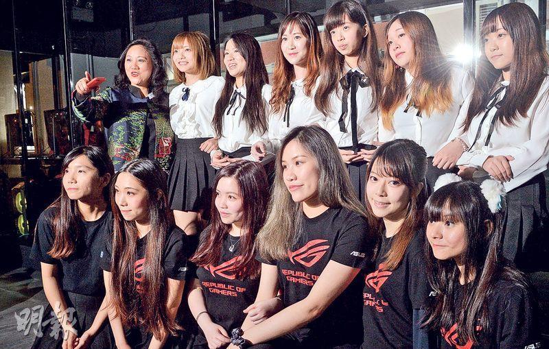鍛匠電競創辦人劉天駿計劃明年舉辦女子專業電競聯賽。圖為女子電競隊伍「FGV」(前)及「電兔88」(後)。(劉焌陶攝)