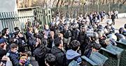 一批伊朗學生昨日在德黑蘭大學與防暴警察衝突。(法新社)