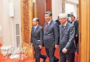 中國國家主席習近平(右二)上周四(28日)會晤到訪的日本自民黨幹事長二階俊博(左)等代表團成員。(中新社)
