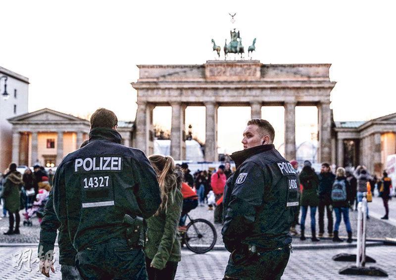 德國警察上周五(29日)加緊巡邏柏林勃蘭登堡門等地標,確保這大除夕和新年之交群眾安全。(新華社)