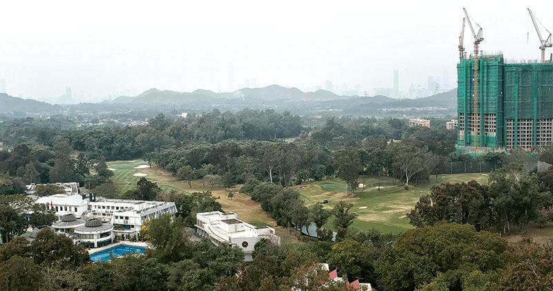 香港哥爾夫球會位於粉嶺的高爾夫球場,地皮面積達170公頃,相當於9個維園。契約將於2020年8月31日到期。政府消息稱,當局正檢討私人遊樂場地契約政策,計劃以「暫緩安排」形式批准該高球場約滿後繼續營運兩至三年。(曾憲宗攝)