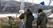 韓國建議跟朝鮮在非軍事區的板門店會談,討論朝方派運動員參加平昌冬奧事宜。圖為周一臨津閣和平公園訪客眺望臨津江外的兩韓非軍事區。(法新社)