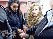 掌摑以色列士兵而被捕的巴勒斯坦少女塔米米(右),周一被押解到拉姆安拉附近的軍事法庭接受審訊。(路透社)