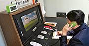 韓國官員昨午在板門店和平之家的聯絡事務所內,接聽朝鮮重新駁線打來的熱線電話。(新華社)