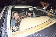 昨晚8時許,律政司長鄭若驊乘坐丈夫潘樂陶駕駛的房車,返回兩人在大欖海詩別墅獨立屋。潘的座駕泊回其持有的3號屋。(樊銳昌攝)