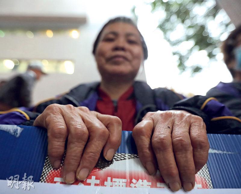 海麗邨清潔工人英姐(圖)在海麗邨當清潔工8年,一雙粗糙的手,記錄了長久以來的辛勞。
