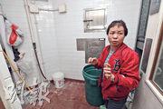 英姐(圖)受訪當日仍在罷工,走進不足百呎的垃圾房,訴說身後細小的垃圾槽難容大袋垃圾,常要用筷子拆開垃圾袋再倒入槽內,過程中常被尖利的垃圾所傷。