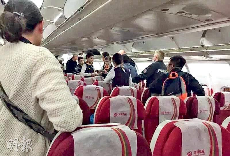上月29日由北京飛往捷克的航班發生盜竊案,圖為飛機降落後,布拉格警方上機搜查及拘捕疑犯。(網上圖片)