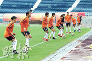 港足昨在雨中作省港盃次回合賽前最後一課操練,胡晉銘(左二)等港將加緊備戰。(足總提供)