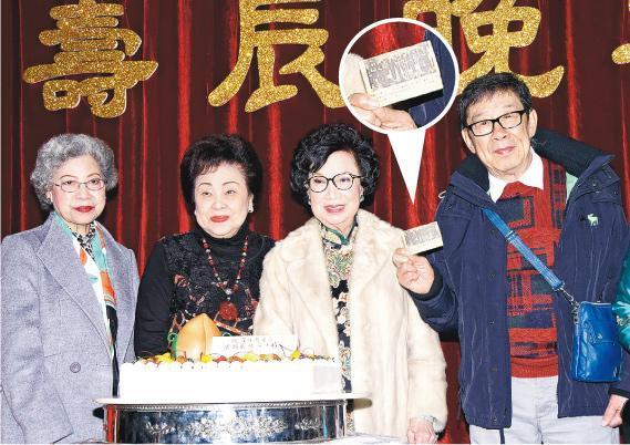 羅蘭、譚倩紅及胡楓齊賀Lily姐86歲生日,胡楓更送上Lily姐於1964年奪得「最受歡迎女藝員」的得獎剪報。(攝影﹕鍾偉茵)