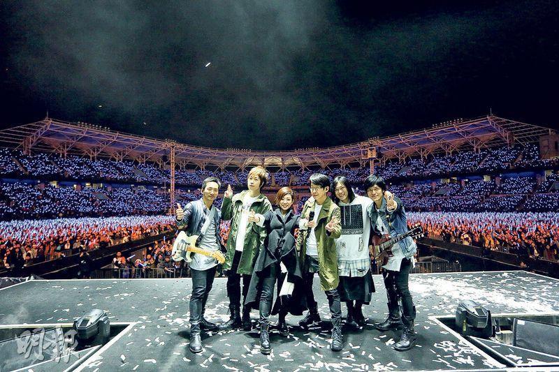 五月天與林憶蓮在台上跟全場2.4萬觀眾大合照。