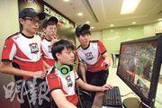 補習教師陳嘉豪(右一)與學生組成隊伍打電競比賽,可以與學生建立亦師亦友的關係。(黃志東攝)