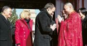 法國總統馬克龍以西安為訪華首站,不過他縮短原定參觀兵馬俑的時間,增加在大雁塔的逗留時間。在大雁塔受到僧人迎接時,馬克龍也雙手合十回禮。(法新社)