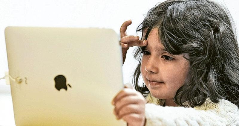 學者、家長以至有份參與設計蘋果產品如iPhone的人員,都開始關注沉迷使用智能裝置對兒童的影響。有投資者呼籲蘋果公司關注兒童沉迷使用智能手機或其他裝置的問題,認為這樣才能保障企業的長遠利益。(網上圖片)
