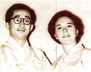 朝鮮王朝末代世子李玖(左)與世子妃李珠亞(右)因愛結合,惜被王族宗室拆散未能白頭到老。圖為兩人年輕時合照。(網上圖片)