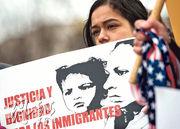 有示威者昨在白宮前要求特朗普政府繼續實施臨時保護身分政策。(法新社)