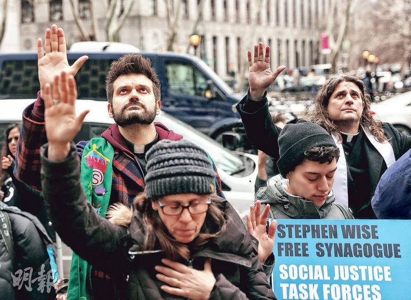 數以百計支持移民的示威者周四(11日)在紐約市的聯邦大樓外抗議總統特朗普的移民政策。(Getty Images)