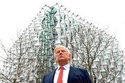 英媒稱特朗普不滿訪英的規格低而取消行程。圖為放置於美國駐英新大使館(後方)的特朗普蠟像。(法新社)