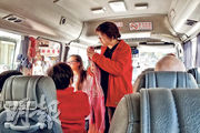 本報發現,深水埗富昌邨及麗閣邨一帶亦有接駁巴士服務。記者向被稱為「黎姑娘」的疑似工作人員(紅衫者)查詢車輛是否由民協提供,她多番表示只是義工,着記者抄寫車牌號碼,「向所有泛民的組織查詢」。(明報記者攝)