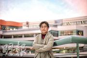 程美寶在香港土生土長,上世紀90年代北上,到廣州中山大學任教,原本她與內地同事同工同酬,後來內地實行社保制度,程美寶獲告知由於她沒有內地身分證,無法開設社保帳號,她經過多番爭取仍未能參加社保。這種差別待遇令她感到不公,前年決定返港工作。(楊柏賢攝)