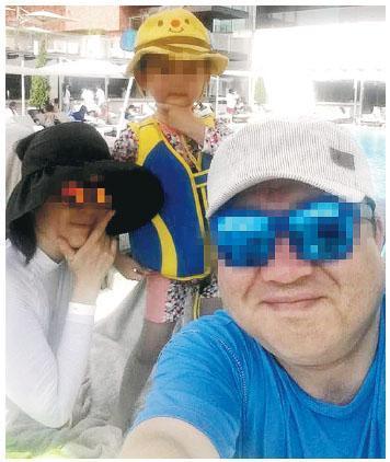 香港麗思卡爾頓酒店前日揭發的韓籍男子陶瓷刀殺妻兒倫常命案,警方昨日在翻譯官協助下向被捕疑犯錄口供,並最快明日為兩死者驗屍確定死因。圖為涉事韓國家庭一家三口生活照。(網上圖片)