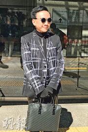 事主劉定成昨在庭外表示,穿著黑白色衣物到庭是要表達所有事情應「黑白分明」。(鍾晴攝)