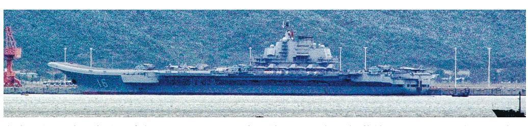 在海南航母基地內的遼寧艦甲板上,有4架直升機和7架殲15艦載機。(網上圖片)