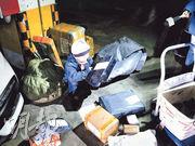 7歲的小長江(中)熟練地將包裹依次分類,然後推小車逐層送件。(網上圖片)